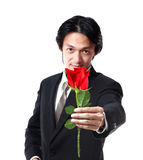 Homme d'affaires tenant une rose, 40 années attrayantes d'homme d'asion dessus Image libre de droits