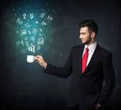 Homme d'affaires tenant une tasse blanche avec des icônes d'affaires Photos libres de droits