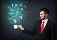 Homme d'affaires tenant une tasse blanche avec des icônes d'affaires Image libre de droits