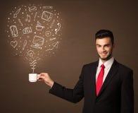 Homme d'affaires tenant une tasse blanche avec les icônes sociales de media Images libres de droits
