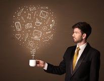 Homme d'affaires tenant une tasse blanche avec les icônes sociales de media Image libre de droits