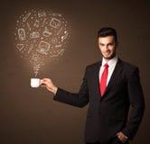 Homme d'affaires tenant une tasse blanche avec les icônes sociales de media Photo stock