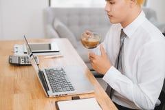 Homme d'affaires tenant une tasse de café dans la coupure Concept de travail de bureau et d'une pause image libre de droits