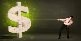 Homme d'affaires tirant un grand symbole dollar vert Photos libres de droits