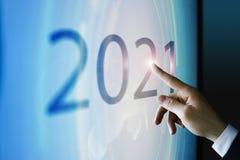 Homme d'affaires touchant l'écran environ 2021 Images stock