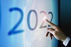 Homme d'affaires touchant l'écran environ 2022 Photos stock