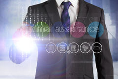 Homme d'affaires touchant l'assurance optimale de mots sur l'interface photo libre de droits