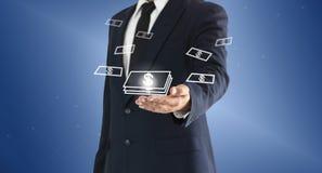 Homme d'affaires touchant le bouton virtuel d'argent Concept de la réussite commerciale ou des bénéfices gagnés des investissemen photographie stock