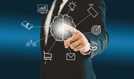 Homme d'affaires touchant le bouton virtuel de cerveau au sujet de faire un brainstorm un concept tel que le travail d'équipe, le illustration stock