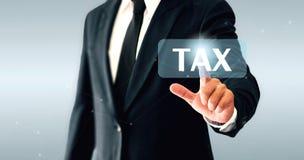 Homme d'affaires touchant le bouton virtuel d'impôts Concept des impôts payés par des personnes et des sociétés photos stock
