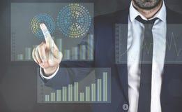 Homme d'affaires touchant le graphique de finances avec le doigt illustration stock