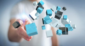 Homme d'affaires touchant le renderi brillant bleu de flottement du réseau 3D de cube Images stock