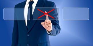 Homme d'affaires touchant les marques fausses de boutons virtuels Le concept d'une décision économique peut être exact ou erroné images stock
