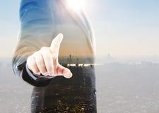 Homme d'affaires touchant un écran imaginaire Photographie stock libre de droits