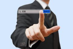 Homme d'affaires touchant une barre de recherche d'emploi Le travail de découverte au-dessus de l'Internet c Photo stock