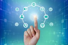 Homme d'affaires touchant une connexion réseau globale, concept de communications images libres de droits