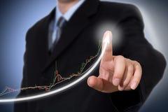 Homme d'affaires Touching un graphique indiquant la croissance image libre de droits
