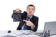 Homme d'affaires très fâché dans le bureau, tenant une calculatrice Photo stock