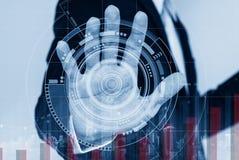 Homme d'affaires travaillant à l'écran interactif virtuel numérique, avec soulever le graphique Image stock