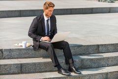 Homme d'affaires travaillant à l'extérieur Image libre de droits