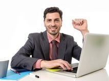 Homme d'affaires travaillant à l'ordinateur portable d'ordinateur de bureau semblant le sati heureux Photographie stock