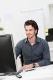 Homme d'affaires travaillant à son ordinateur Photo stock