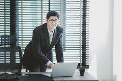 Homme d'affaires travaillant au bureau avec l'ordinateur portable sur son bureau photo libre de droits