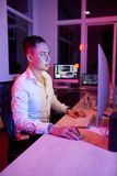Homme d'affaires travaillant au bureau jusqu'? la nuit images stock