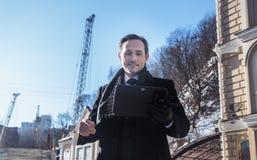 Homme d'affaires travaillant au comprimé, extérieur, jour Images libres de droits