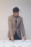 Homme d'affaires travaillant au-dessus des papiers de rapport au bureau Photos stock