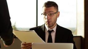 Homme d'affaires travaillant avec des documents dans le bureau clips vidéos