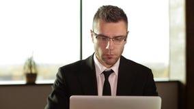 Homme d'affaires travaillant avec des documents dans le bureau banque de vidéos