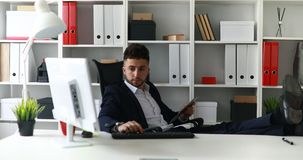 Homme d'affaires travaillant avec des jambes sur la table dans le bureau clips vidéos