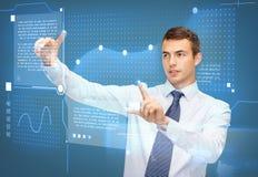 Homme d'affaires travaillant avec l'écran virtuel Photos stock