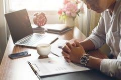 Homme d'affaires travaillant avec l'effort au bureau avec l'ordinateur portable et le document photo libre de droits