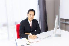 Homme d'affaires travaillant avec l'ordinateur de bureau images libres de droits