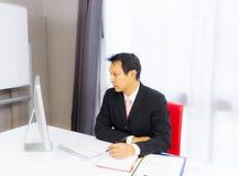 Homme d'affaires travaillant avec l'ordinateur de bureau image libre de droits