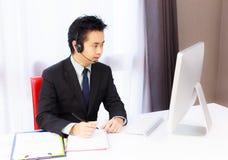 Homme d'affaires travaillant avec l'ordinateur de bureau images stock