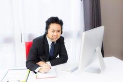 Homme d'affaires travaillant avec l'ordinateur de bureau photos stock