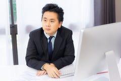 Homme d'affaires travaillant avec l'ordinateur de bureau photo libre de droits