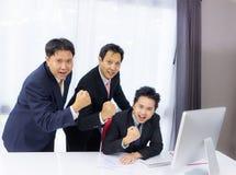 Homme d'affaires travaillant avec l'ordinateur de bureau image stock