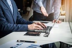 Homme d'affaires travaillant avec l'ordinateur lors de la réunion d'équipe parlant Discu Images libres de droits