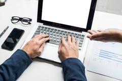 Homme d'affaires travaillant avec l'ordinateur lors de la réunion d'équipe parlant Discu Image libre de droits