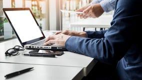 Homme d'affaires travaillant avec l'ordinateur lors de la réunion d'équipe parlant Discu Photographie stock