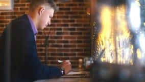 Homme d'affaires travaillant avec l'ordinateur portable en café banque de vidéos
