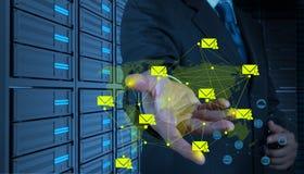 Homme d'affaires travaillant avec la nouvelle interface d'ordinateur envoyant l'emai Image libre de droits