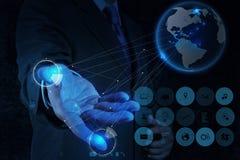Homme d'affaires travaillant avec le nouveau réseau moderne de social de salon de l'informatique Photos libres de droits