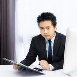 Homme d'affaires travaillant avec le téléphone et l'ordinateur de bureau intelligents image libre de droits
