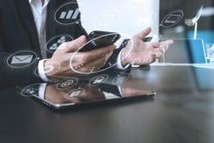 homme d'affaires travaillant avec le téléphone intelligent et le comprimé numérique et le lapt Image stock
