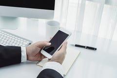 Homme d'affaires travaillant avec les dispositifs modernes, l'ordinateur et le pho mobile image stock